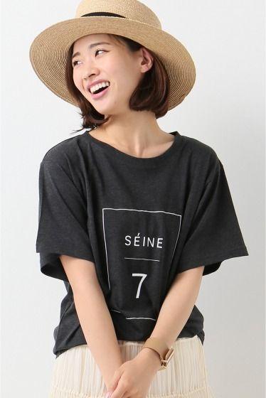 SEINEナンンバリングTシャツ  SEINEナンンバリングTシャツ 9180 2016SS IENA 25th mon plan de Paris.... 5月はla seine et le7eme パリの人々は友人や家族恋人一人でも暖かくなるとセーヌのほとりで過ごしています 7区界隈のセーヌで始まったBERGES DE SEINEは2016年で3年目 夏だけの催しとしてコンテナでエキスポやテイクアウトのお店が出ています パリの人々にとっても新鮮だったこのイベント テントやハンモック緑いっぱいのコンテナもありスポーツをしたり読書したりと楽しめます 様々な人が楽しめる新しいセーヌをイメージしたコレクション デイリーに着れるけれど少し女性らしく扱いやすい素材で目新しいアイテムを用意しています ビッグシルエットのプリントTシャツ フロント中央に控えめなプリントを入れすっきり大人のプリントTシャツに仕上げました 柔らかい素材感はビッグシルエットのフォルムが出すぎず女性らしい印象に 大人カジュアルなTシャツスタイルは前だけタックインしたり袖をロールアップしてこなれ感を出して着こなすのが…