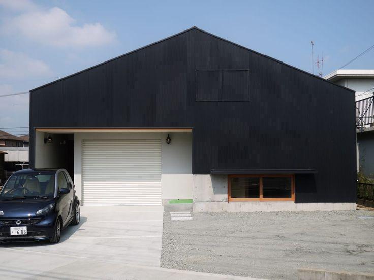 トタンやベニヤ、コンクリートといったどこにでもあるマテリアルで作った住宅を紹介します。