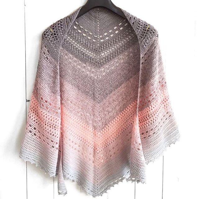 My mom made a shawl with the yarn cake in my previous post. She named it the Bella Vita Shawl (=good life). Free pattern is up on wilmade.com *link in bio* --- Mams heeft een omslagdoek gemaakt van de cake in mijn vorige bericht. Ze heeft 'm Bella Vita genoemd, wat 'het goede leven' betekent  Gratis patroon op wilmade.com