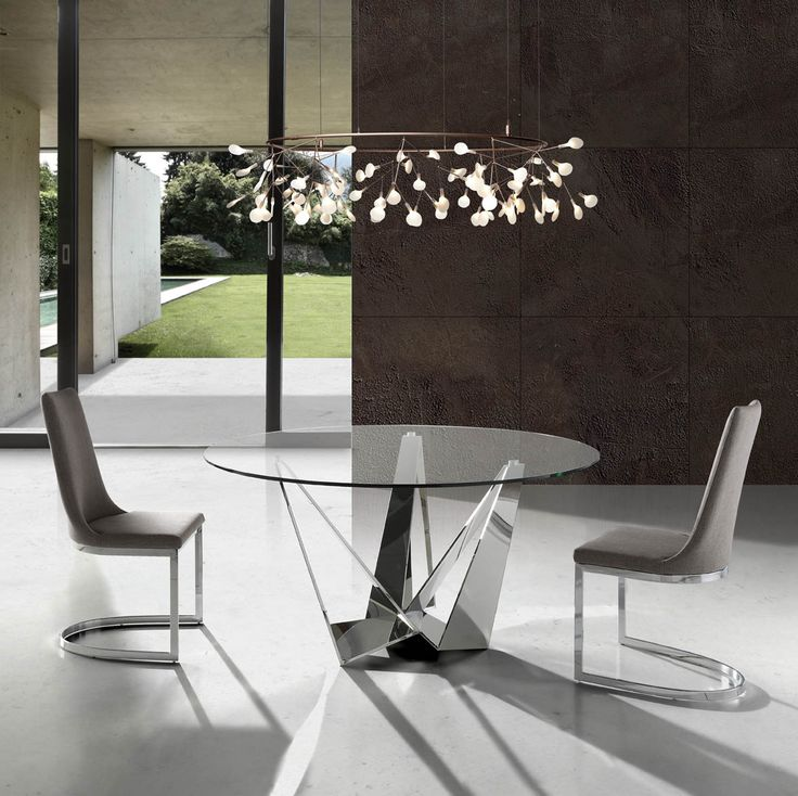 Con unos materiales inmejorables de cristal y acero, presentamos la nueva colección de mesas de diseño moderno de la firma de prestigio Angel Cerdá. Su diseño totalmente único transformará tu espacio otorgando un sentimiento de serenidad. Consultanos en nuestra tienda de muebles modernos y baratos en Madrid.