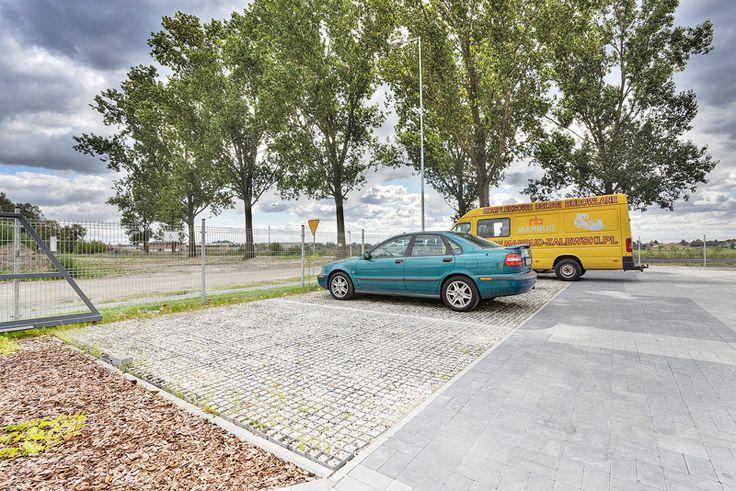 Parking osiedlowy przy nowej inwestycji bloków mieszkalnych. Wykorzystanie eko kraty geoSYSTEM i wypełnienie kruszywem. Sprawdź zdjęcia z realizacji!