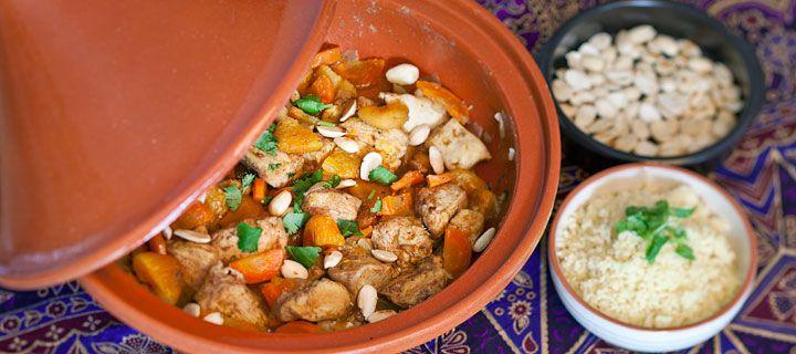 Kip Tajine. 1: ui, knoflook en kruiden fruiten in de opwarmende tajine. (kaneel, cayenne, paprika, chili, komijn, kurkuma, gember, koriandersteeltjes) 2: kip braden in pan. 3: kip in tajine met braadvocht en: gedroogde abrikozen (gehalveerd), wortel, paprika, (tomaten). 4. 250 ml bouillon (citroen, honing). 40 minuten sudderen, af en toe roeren en bouillon checken. 5. Op smaak brengen met zout&peper, garneren met koriander en geroosterde amandelen of sesamzaad en serveren met couscous.