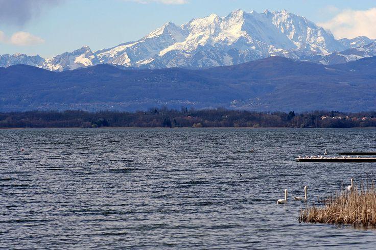 Il lago di Varese ai piedi delle Alpi Varesine è facilmente riconoscibile per la sua inconfondibile forma a scarpa. In passato il lago di Varese era noto come Lago di Gavirate dal nome del comune che si affaccia per maggiore estensione sulle sponde del lago. B&B nel comune di Varese in Lombardia qui  http://bedandbreakfast.place/it/bb-lombardia/varese/varese