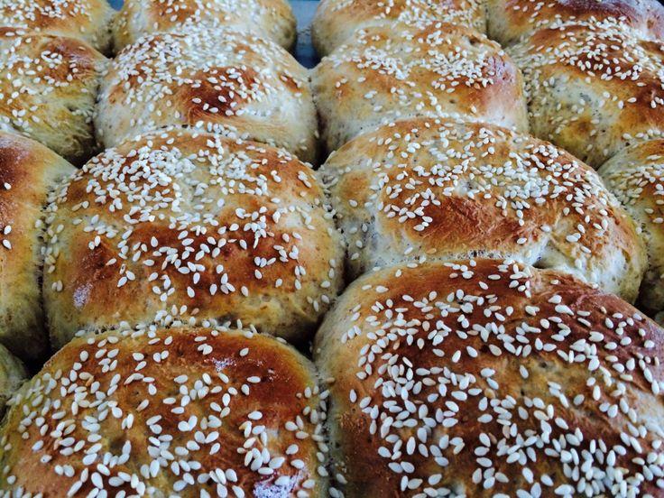 Hjemmebagte burgerboller, der er bagt med hvedemel og lidt fuldkorns speltmel. Foto: Guffeliguf.dk.