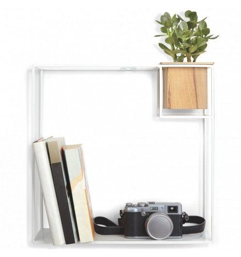 Une étagère blanche de la marque Umbra pour y déposer toutes vos affaires dans votre bureau ou dans le salon.