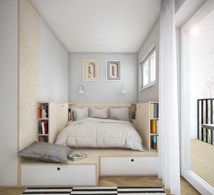 chambre blanche avec lit sur plateforme de bois munie de tiroirs et espace de rangement supplémentaire