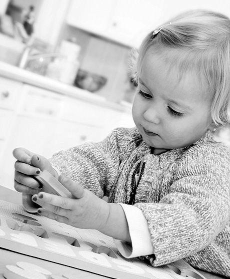 LEGER ALENE Deres datter på 3,5 leger meget for sig selv i børnehaven. Det bekymrer hendes forældre - også selvom hun er glad og smilende ...