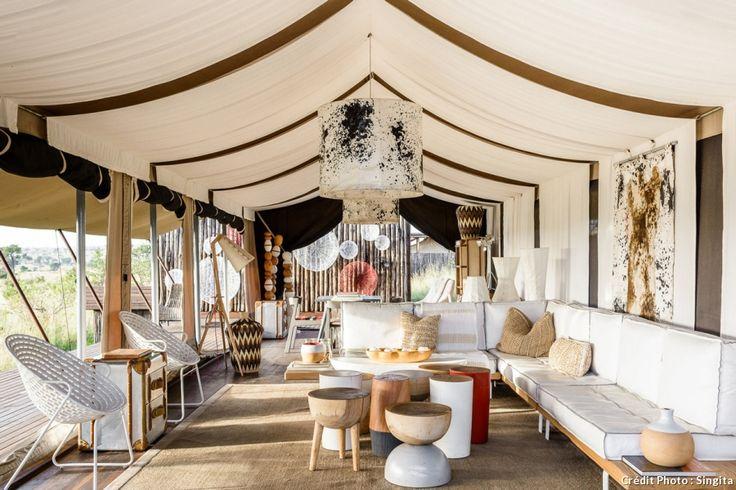 Salon aménagé sous une grande tente en mode glamping #glamping #outdoor #canape #tente