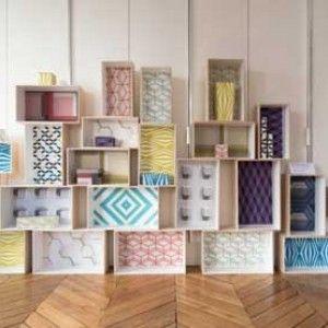 http://www.labioguia.com/reciclado-de-muebles-con-papeles-estampados/