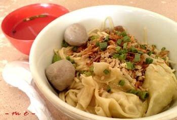 Cwie Mie Malang, mie yang disajikan dengan daun selada pilihan serta ayam cincang dengan bumbu tradisional dan dilengkapi acar ketimun dan cabai yang segar. Dilengkapi juga denga kerupuk pangsit.