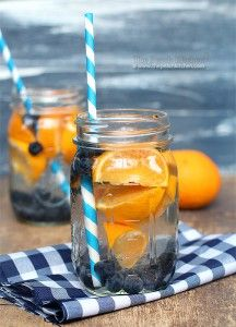 bosbes sinaasappel water Ingrediënten:  2 sinaasappels een handvol bosbessen ijsblokjes water kruidnagel