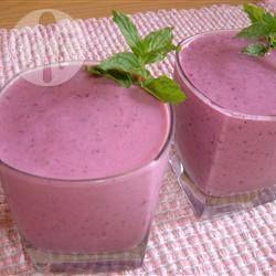 Drievoudige fruitsmoothie! 1 kiwi 1 banaan 70g bosbessen 150 g aardbeien 1 schep ijs 125 ml sinaasappelsap 200g yoghurt (perzik)