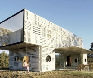 pallet siding over cargo containers - haus.  would this make insulating easier