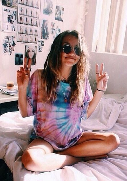 Tie dye and circle sunglasses, feeling the grunge vibes x