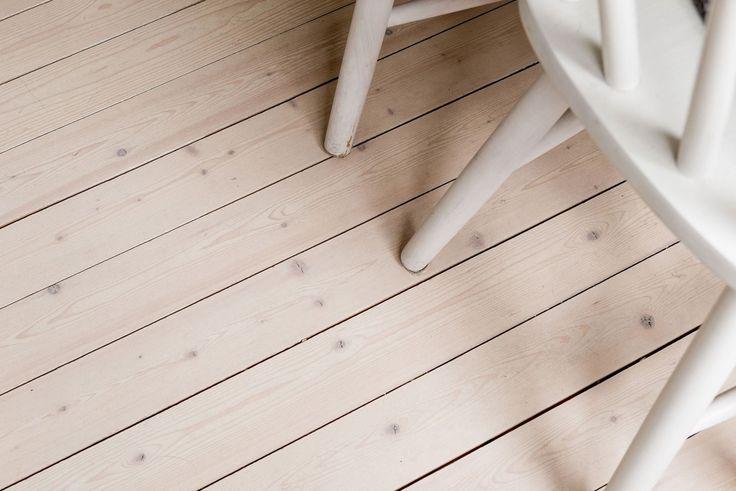 I köket finner ni ett framtaget och vitbehandlat trägolv