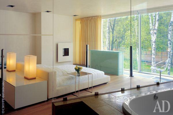 Спальня отделена от ванной стеклянной стеной. Отсюда есть выход на террасу с декоративным бассейном. Кровать, Minotti.