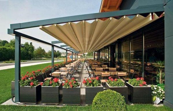 auvent de terrasse aluminium r tractable avec chaises et. Black Bedroom Furniture Sets. Home Design Ideas