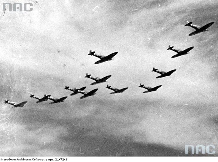 Samoloty myśliwskie Polskich Sił Powietrznych w Wielkiej Brytanii podczas lotu w szyku bojowym , 1941 - 1945
