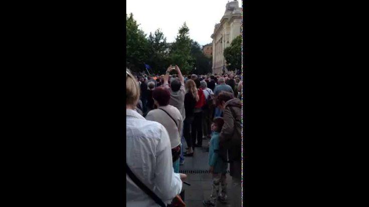 Drazsé az Európai Himnuszt hallgatja a Szabadság téren