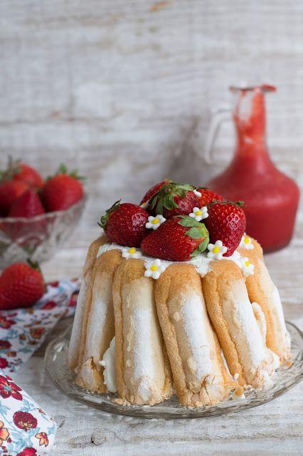 Charlotte aux fraises et mousse au yaourt (recette au yaourt grec et parfumée à l'eau de rose)