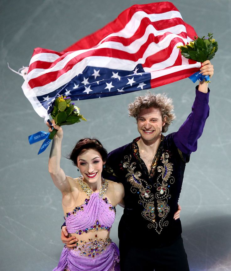 Gold medalists Meryl Davis and Charlie White of the United States celebrate during the flower ceremony for the Figure Skating Ice Dance (c) Getty Images