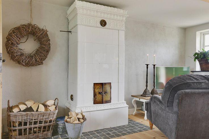 Villa til salg, Borre - Charmerende og idyllisk perle med stråtag og bindingsværk. Ejendommen har en storslået udsigt over det bakkede landskab mod Klintholm Gods, Øens sydkyst og nordkyst. I området findes noget af Danmarks smukkeste natur med &quote;Høje Møn&quote;, Liselund Slot og Møns Klint inden for rækkevidde.  Ejendommen er et helårshus, men der kan søges om Flex-bolig tilladelse, så det kan bruges som fritidshus. Ideelt for familien der ønsker et sommerhus på landet, omgivet af smuk…