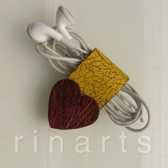 Earbud / earphone / headphone cable organizer by RinartsAtelier