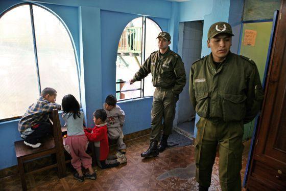 Artículo de EL PAÍS sobre niños encarcelados con sus padres, 28 junio 2013: Niñez tras las rejas en Bolivia | Internacional