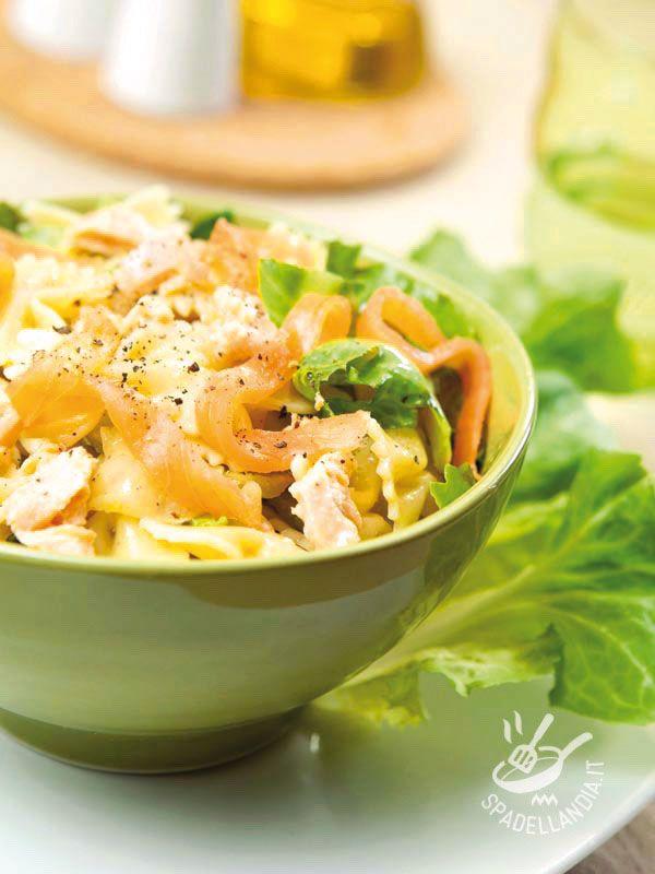 L'Insalata di pasta con formaggio fresco salmone e indivia è una pietanza ottima anche come lunch box, da portare in ufficio per la pausa pranzo.