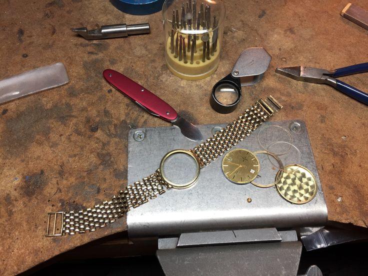 Prachtige gouden horloge... eerst uit elkaar, dan band repareren #handmadejewelry #goldenwatch #goldsmith #goudsmid #goudenhorloge #repareren