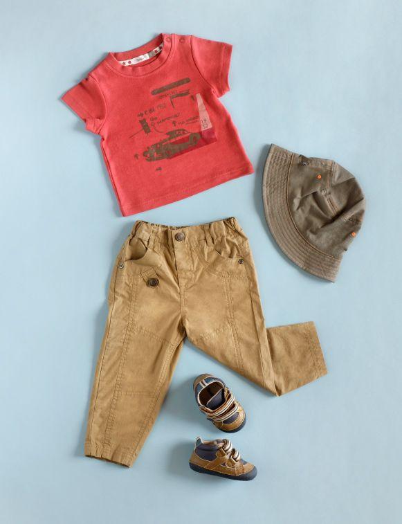 Polera retro roja, pantalón beige, gorro café, zapatillas tricolor. https://www.facebook.com/ComunidadOpaline