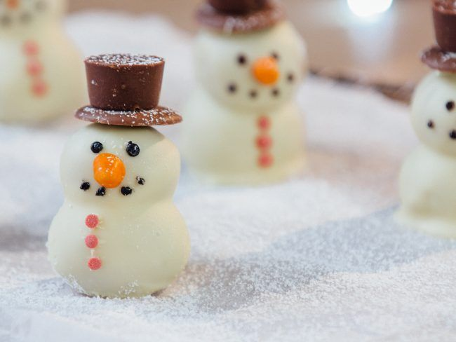 Οι χριστουγεννιάτικες τρούφες χιονάνθρωποι είναι τόσο όμορφες στην όψη όσο και στη γεύση !  Για τις τρούφες θα χρειαστείτε: 220 γρ. μπισκότα ginderbread/κανέλας 100-200 γρ. τυρί κρέμα Για την διακόσμηση θα χρειαστείτε: 200-250 γρ. λευκή σοκολάτα κουβερτούρα σοκολατάκια για το καπέλο