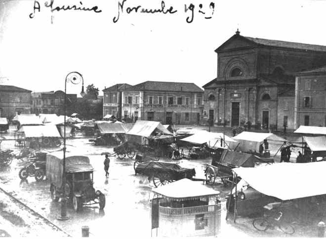 As I have just come back from one, the word for today is 'mercato' (market) where you can find 'frutta' (fruit), 'verdura' (vegetables) or 'abiti' (clothes). The one in the picture dates back 1929 and it was held in the main 'piazza' (square). Some expressions? 'A buon mercato' (lit. 'at good market') means cheap/inexpensive, 'mercato all'aperto' (street market) and 'mercato delle pulci' (flea market).