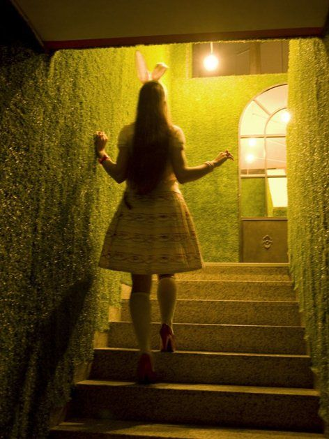 Drink Me, Castellanza, 2011 - Nicola G-Design#architettodeilocali #castellanza #pubinglese #alicenelpaesedellemeraviglie #teiera #divano #inglese #stileinglese #london