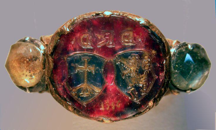 Anello con cristallo di rocca dipinto. Somiglia agli anelli di P. Szuhay salvati in questa bacheca, ma gli scudi sono differenti (manca inoltre il monogramma JHS) e c'è la data 1556 (?). La montatura pare del primo Settecento.
