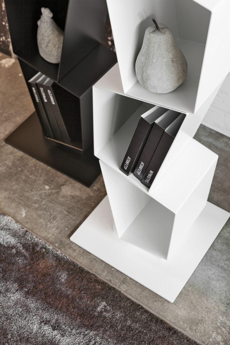 Nowoczesny #regał SU projektu Diego Collareda dla Ronda Design. Wszelkie ozdoby i książki znajdą tu swoje miejsce. Poszczególne segmenty o nieregularnych kształtach wykonane zostały z powlekanego metalu. SU dostępny jest w kilku kolorach.   #metalowyregal #regal #wloskidesign @rondadesignsrl #bialyregal #nowoczesnyregal #minimal #meble #minimalistycznemeble Więcej: https://www.rondadesign.it/en/bookcases/su