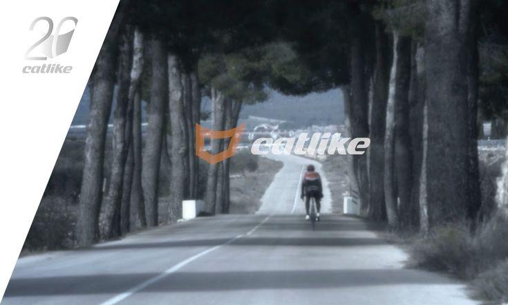 """Catlike forma parte de la historia del ciclismo desde la fabricación del primer casco de bici """"Made in Spain"""" hace 20 años. Descubre todo sobre Catlike en: http://www.catlike.es/ Ciclistas profesionales de todo el mundo han pedaleado y llegado hasta la victoria protegidos por cascos Catlike. Catlike es la consecución de un reto por parte de"""