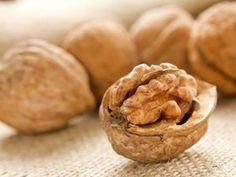 Walnüsse: knackiges Brain-Food ▸ Was sie gesund macht und wie viel davon genascht werden kann: http://eatsmarter.de/ernaehrung/news/walnuesse-knackiges-brain-food