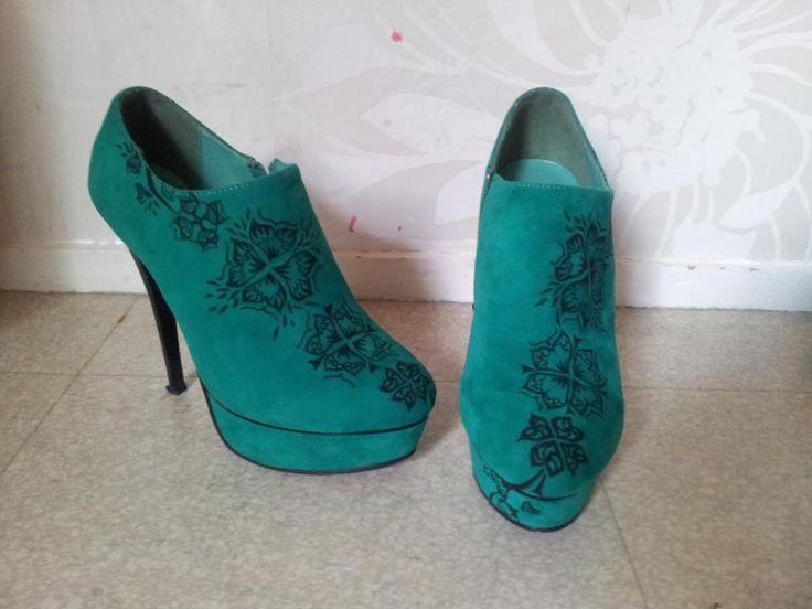Customisation de chaussures Création du motif par: Christina Dussiel