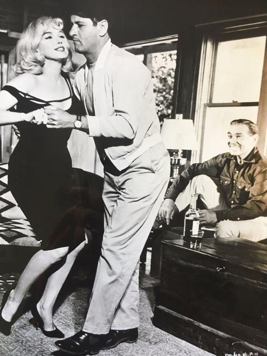 """Century Fox United Artists FR3 Interpress - Marilyn Monroe in """"The misfits"""" 1961-' Marilyn ' 1963  Afmeting - 255 x 205 cm (witte frame) 175 x 125 cmIn goede staat.The Misfits (The Misfits) is een film geregisseerd door John Huston in 1961.Veel toonaangevende fotografen namen foto's bij het fotograferen: Eve Arnold Cornell Capa Henri Cartier-Bresson Bruce Davidson Elliott Erwitt Ernst Haas enz.De film die had weinig succes bij de release is nu bekend om redenen in verband met minder aan de…"""