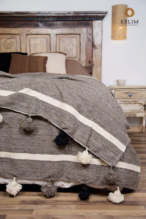 Frazadas traídas exclusivamente desde Marruecos y hechas a telar por manos artesanas de mujeres de la cultura Beréber, son 100% lana de oveja y están disponibles en 1 plaza, plaza y media y 2 plazas. Puedes usarlas como piecera, cubrecama, frazada o para cubrir un sillón. Su originalidad y delicado tejido le darán a tu hogar ese toque tan especial que estás buscando.