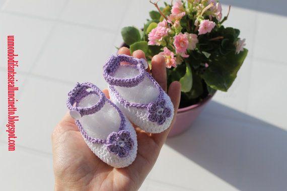 Scarpine bebè all'uncinetto con fiorellino di FantasiediLisa