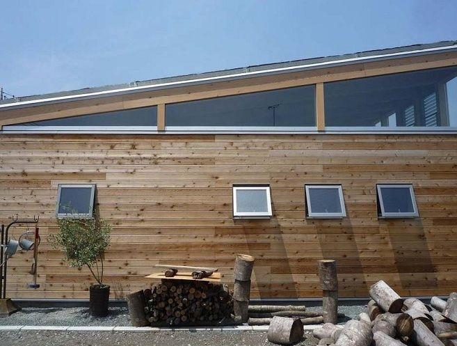 外壁は耐久性の高い無垢板をそのまま素地で使っています。これは素材の持つ味を味わいながら住まうというクライアントの希望から。経年変化を楽しみながら生活しています。 専門家:小磯一雄|KAZ建築研究室が手掛けた、無垢板の外壁(群馬県太田市・芝屋根住宅-1|mat house)の詳細ページ。新築戸建、リフォーム、リノベーションの事例多数、SUVACO(スバコ)