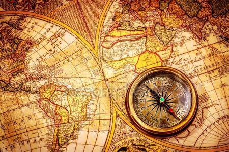 Télécharger - Boussole Vintage se trouve sur une carte du monde antique — Image #25930569