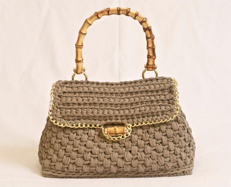 """ElleBiElle Le Borse di Libellula - """"Ischia"""" color tortora, il monomanico ed il bottone di chiusura in bamboo, la patella bordata in catena dorata. (via FB) #crochet #bag"""