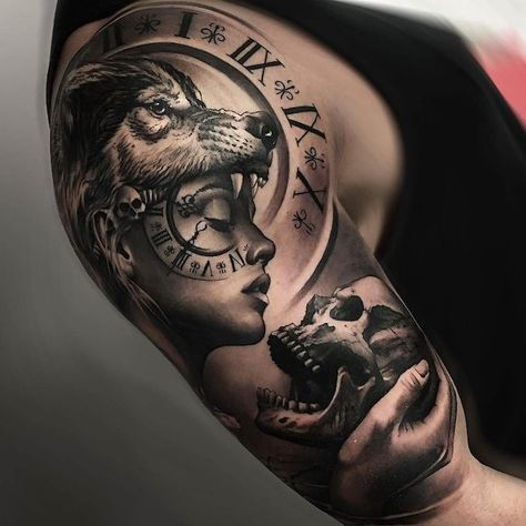 tatouage bras homme, dessin sur la peau à design femme loup avec horloge et crâne