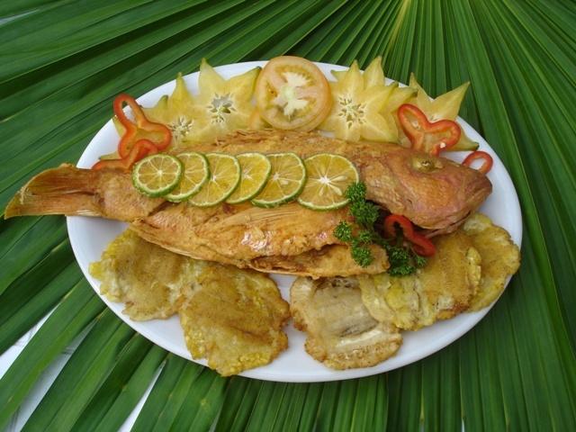 El pargo rojo frito, servido con patacón es uno de los platos principales de Capurganá, nada mejor que saborear este plato a la orilla del mar, acompañado de arroz con coco y una refrescante limonada recién exprimida.