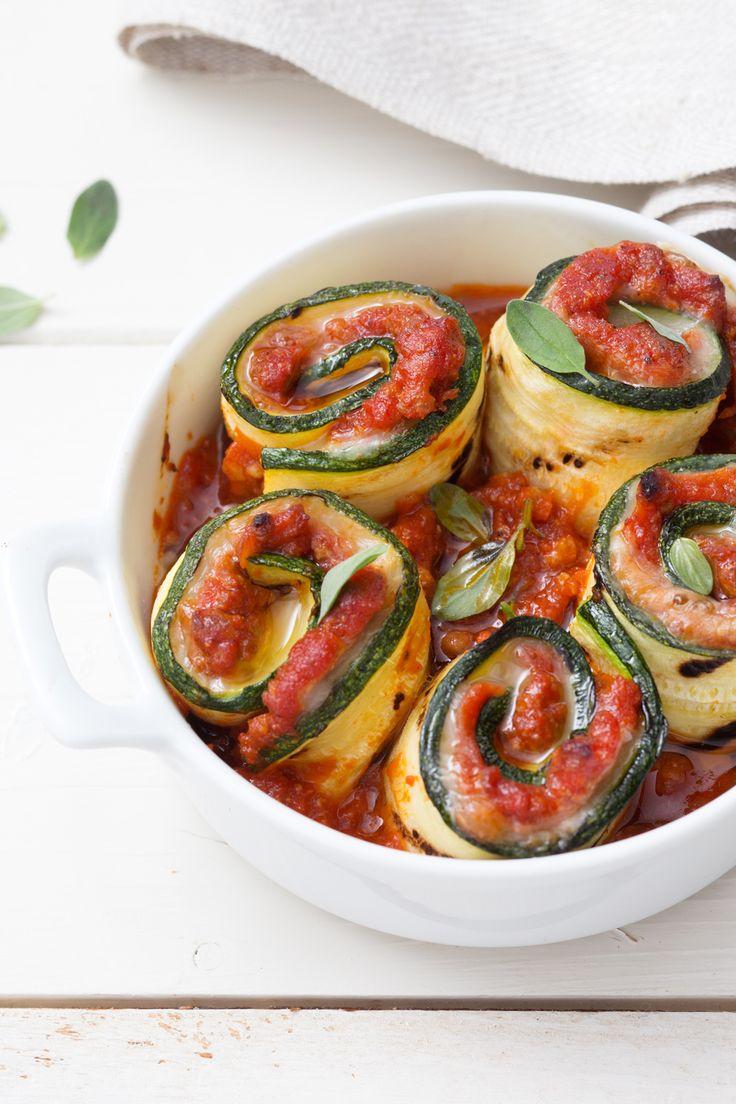 Involtini di zucchine al ragù: un delizioso secondo piatto che arriva dalla più profonda tradizione culinaria del nostro paese.  [Zucchini roll with ragù tomato sauce]