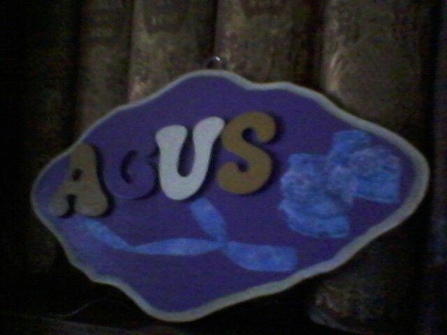 Una placa con el  nombre , con la tecnica decoupage