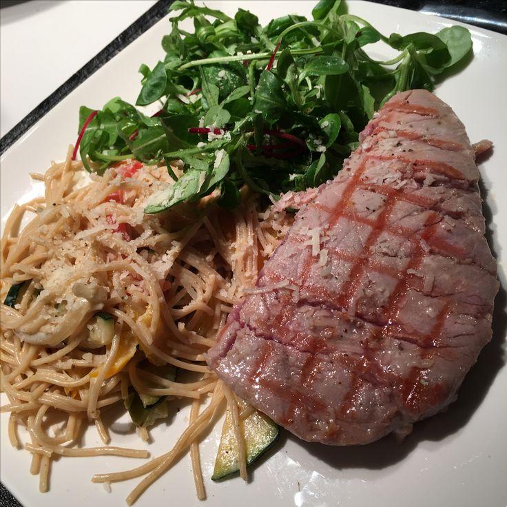 Gegrilde tonijn met pasta, courgette en paprika